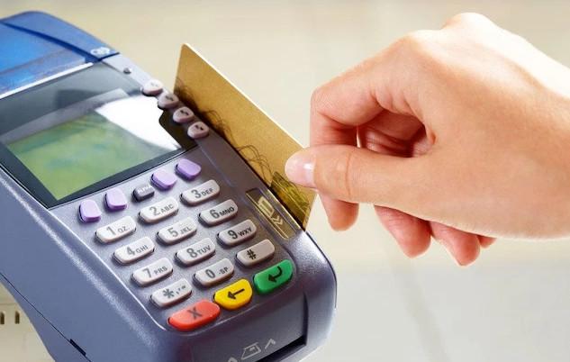 Принцип работы кредитной карточки заключается в пополнении потраченных кредитных средств и если сделать это в льготный период, то проценты платить не придется